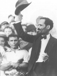 Pedro_Albizu_Campos_raising_his_hat_to_a_crowd,_1936